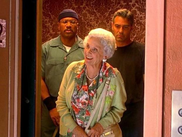 Connie Sawyer com Ving Rhames e George Clooney em Irresistível Paixão (1998) (Foto: Reprodução)