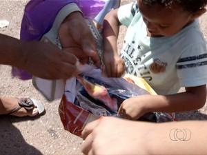 Presentes da campanha Natal Presente são entregues às crianças no Parque Cesamar (Foto: Reprodução/TV Anhanguera)