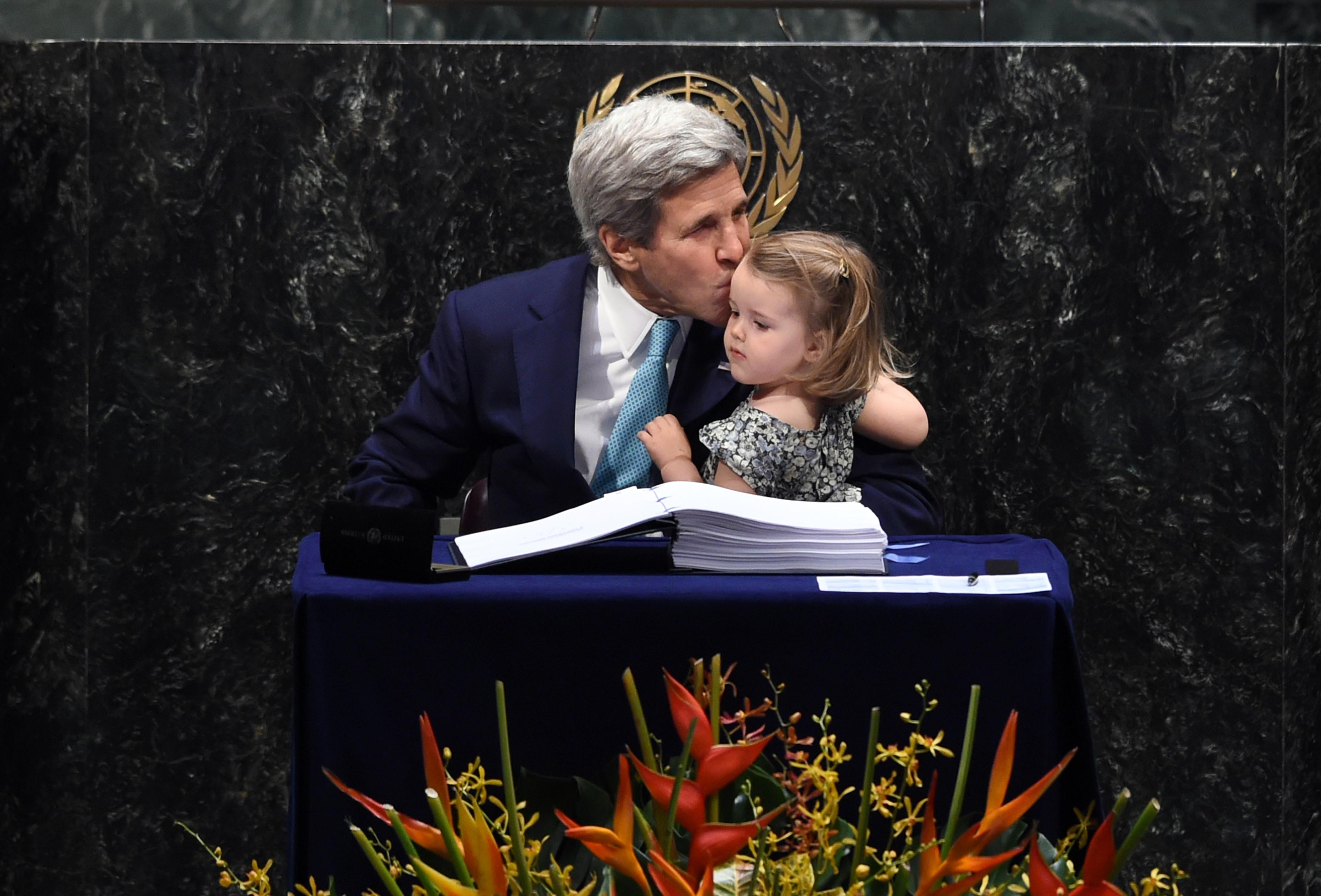 O secretário de Estado americano  John Kerry levou a neta para assinar (Foto: Jewel Samad/AFP)