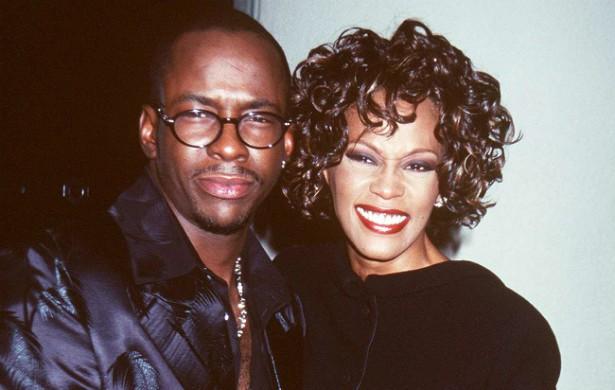Bobby Brown sempre negou ter agredido Whitney Houston (1963-2012), mas isso não o impediu de ser preso em 2003 por bater na cantora. Seis anos depois, Whitney foi ao programa de Oprah Winfrey e confirmou as agressões. (Foto: Getty Images)