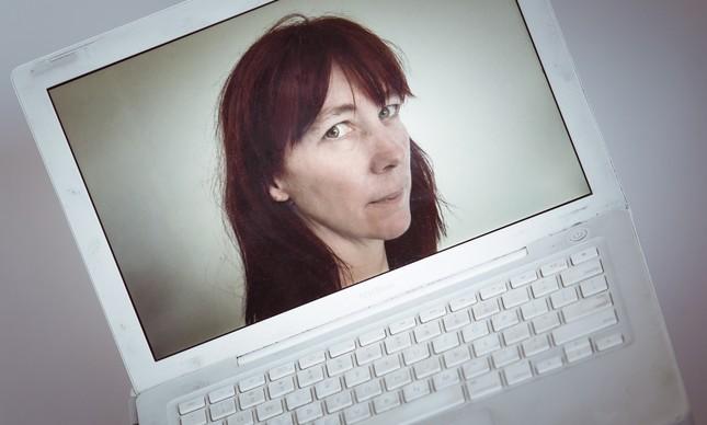 Helen na tela de seu laptop