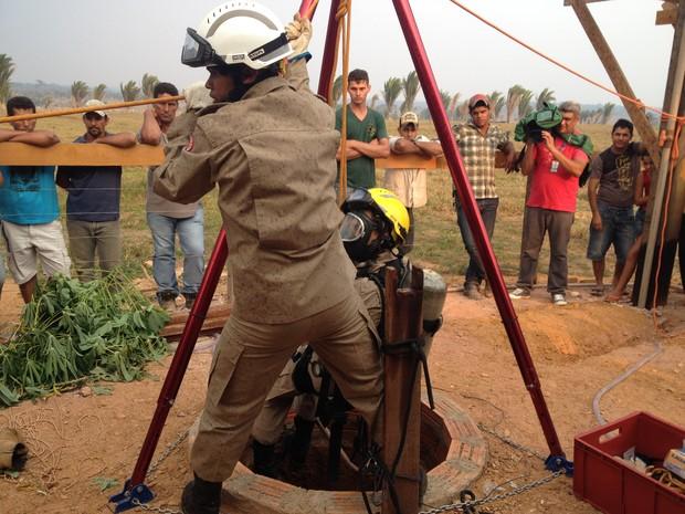 Os bombeiros levaram quase uma hora para retirar  os dois corpos de dentro do poço (Foto: Júnior Freitas)