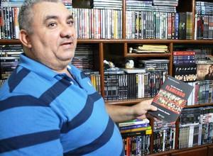 Humberto possui um arquivo de quatro mil DVDs e livros somados (Foto: Renato Pereira)
