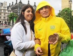Sarah Menezes e Felipe, mostram medalhas (Foto: Lydia Gismondi / Globoesporte.com)