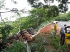 Carreta tomba na rodovia Rachid Rayes em Echaporã