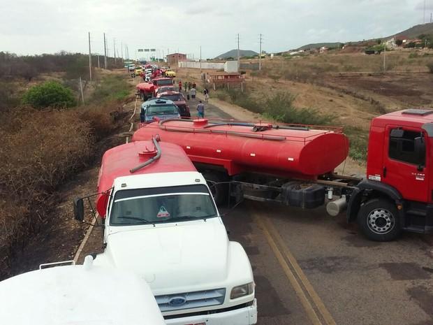 Motoristas de carro-pipa realizam protesto no interior do Ceará por falta de pagamento (Foto: Eduardo Aragão/Arquivo pessoal)