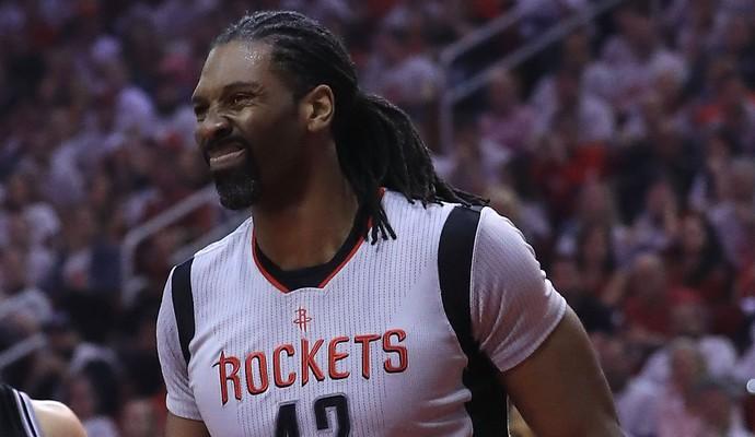 O pivô brasileiro Nenê saiu lesionado na vitória do Houston Rockets (Foto: Getty Images)