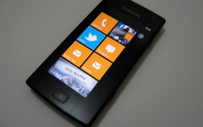 Frente do Samsung Omnia W é simples e agradável aos olhos (Foto: Paulo Higa/TechTudo)