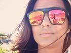 Daniel Alves aparece no reflexo dos óculos de Thaíssa Carvalho em foto