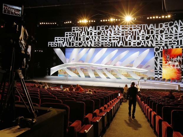 12/05 - O símbolo da Palma de Ouro decora o palco do Grand Theatre Lumiere para o 67º Festival de Cannes (Foto: AFP Photo/Valery Hache)