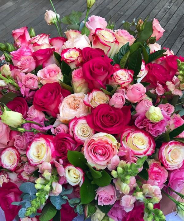 Marina Ruy Barbosa recebe flores de Xandinho Negrão no Dia dos Namorados (Foto: Reprodução / Instagram)