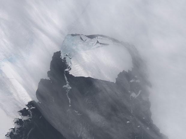 Duas semanas depois, o iceberg já aparecia mais distante do glaciar, seguido rumo ao oceano (Foto: Nasa/Reuters)