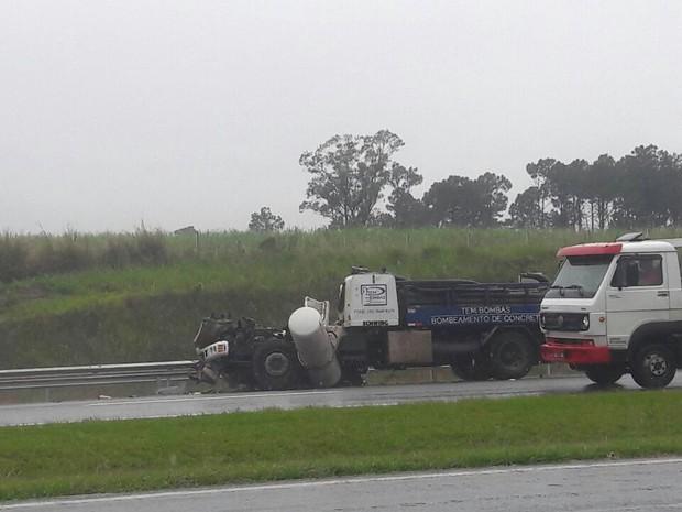 Dois caminhões colidiram na Rodovia Dom Pedro, sentido Anhanguera, em Campinas (Foto: Carlos Vieira)