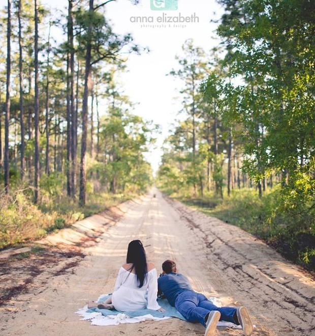 O casal aparece na estrada, um pouco longe da caixa (Foto: Reprodução/ Facebook)