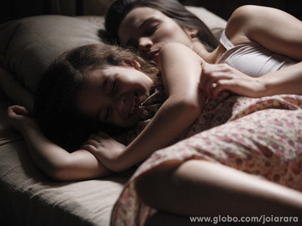 Pérola sonha com os pais juntos se beijando e acorda radiante (Foto: Joia Rara/ TV Globo)