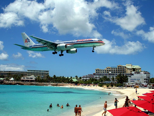 Aeroporto Internacionl Princess Juliana, em Saint Maarten, no Caribe, eleito o que oferecem= os pousos mais belos do mundo (Foto: Todd Neville/Creative Commons)