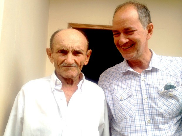 Ex-seringueiro Oswaldo Oliveira (95) e o cineasta Adalberto Queiroz  (Foto: Yuri Marcel / G1)