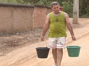 Moradores chegam a fazer 50 viagens por dia  para pegar água nas minas (Foto: Reprodução/TV Integração)