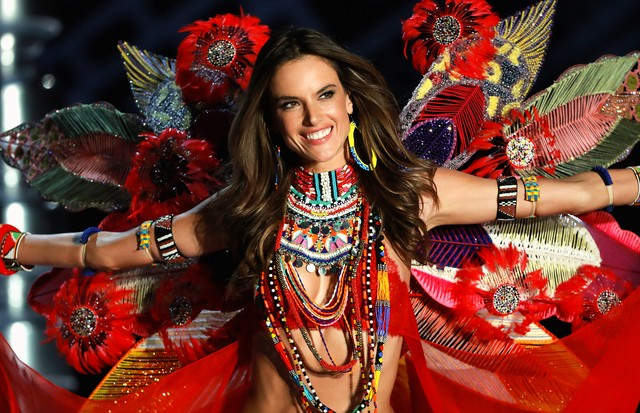 SHANGHAI, CHINA - NOVEMBER 20: Victoria's Secret Angel Alessandra Ambrosio walks the runway for Swarovski Sparkles In the 2017 Victoria's Secret Fashion Show at Mercedes-Benz Arena on November 20, 2017 in Shanghai, China. (Photo by Lintao Zhang/Getty Im (Foto: Getty Images for Swarovski)