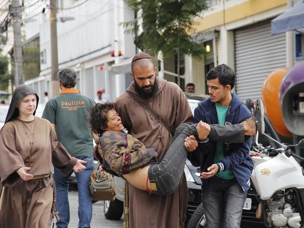 Franciscanos ajudam mulher usuária de drogas que passou mal durante operação (Foto: Mariana Topfstedt/Sigmapress/Estadão Conteúdo)