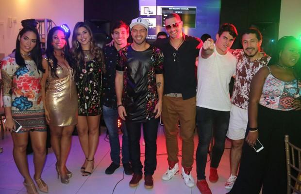 Ex-BBBs se reúnem para comemorar aniversário de Luis Felipe (Foto: Divulgação)