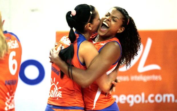 Jaqueline e Fernanda Garay comemoram ponto do Osasco no vôlei contra o Rio de Janeiro (Foto: Fabio Rubinato/AGF/Divulgação)