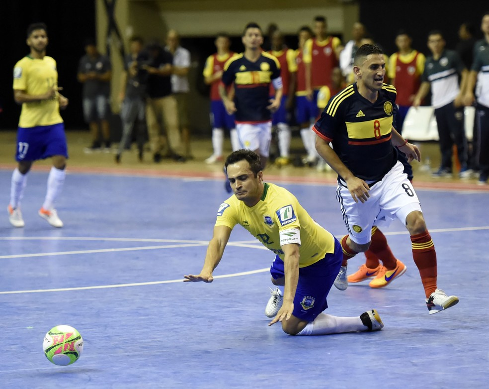 Sem moleza: Falcão cai após dividir com o colombiano Abril (Foto: André Durão)