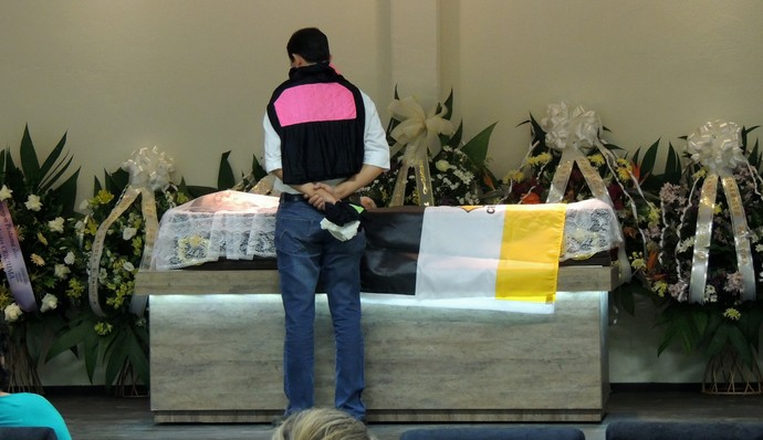 Torcedor dá adeus ao goleiro enrolado em camisa que ele utilizava (Foto: João Lucas Cardoso)