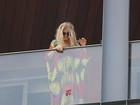 Fergie joga flores, uvas e doces para fãs da varanda de hotel