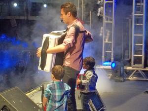 Crianças que estavam na plateia com sanfonas foram levadas ao placo e 'tocaram' ao lado de Luan (Foto: Rafael Melo/G1)