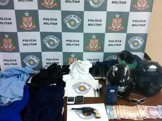 Roupas, dinheiro, celulares e uma arma que estavam com os suspeitos (Foto: Polícia Militar/Divulgação)