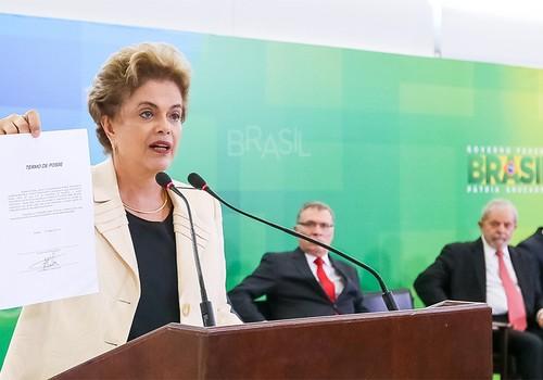 Dilma Rousseff com documento de posse de Lula  (Foto: Roberto Stuckert Filho/PR)