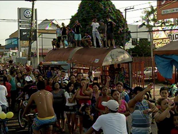 Fiéis em busca de uma visão melhor da imagem de Nossa Senhora de Nazaré sobem até em paradas de ônibus de Ananindeua, no Pará (Foto: Reprodução / TV Liberal)