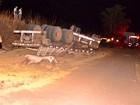 Motorista e passageiro morrem após carreta com soja tombar em MT