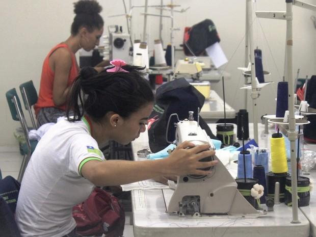 Turma de vestuário trabalha na confecção das roupas  (Foto: Karynne Katiuzia)