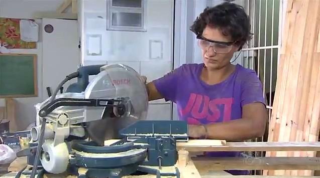 A marceneira fabrica móveis e artesanato com madeira de pallets (Foto: Amazonas TV)