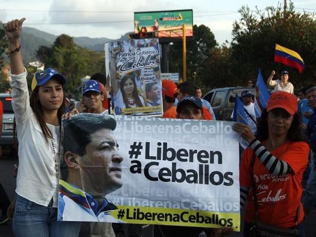 Patricia de Ceballos se une a manifestantes para pedir a libertação de seu marido, Daniel Ceballos, na Venezuela, em 23 de maio (Foto: Reuters/Carlos Eduardo Ramirez )