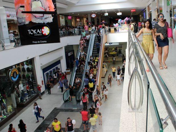 Neste sábado, clientes procuravam presentes para pais (Foto: Jamile Alves/G1 AM)