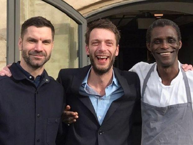 Os gerentes do restaurante James Spreadbury e Lau Richter, o lavador de pratos, Ali Sonko, se tornaram sócios do restaurante Noma (Foto: Reprodução/Instagram)