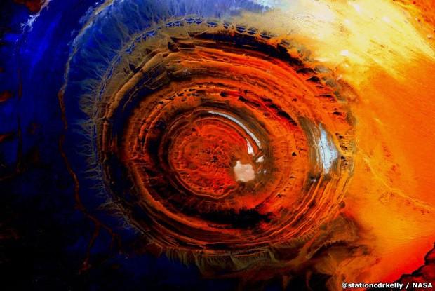'Postei esta foto na semana passada. Muitos perguntaram o que era', disse Scott. 'A foto é da ponta oeste do deserto do Saara, na Mauritânia. Há um círculo de quartzito gigante chamado 'Estrutura Richat'. Tem cerca de 24 milhas de diâmetro. Essa protuberância vulcânica que nunca entrou em erupção foi nivelada pela erosão, gerando essa espécie de arte da Terra' (Foto: Scott Kelly)
