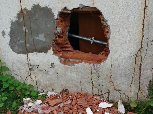 Buraco aberto na parede de agência dos Correios (Foto: Divulgação)