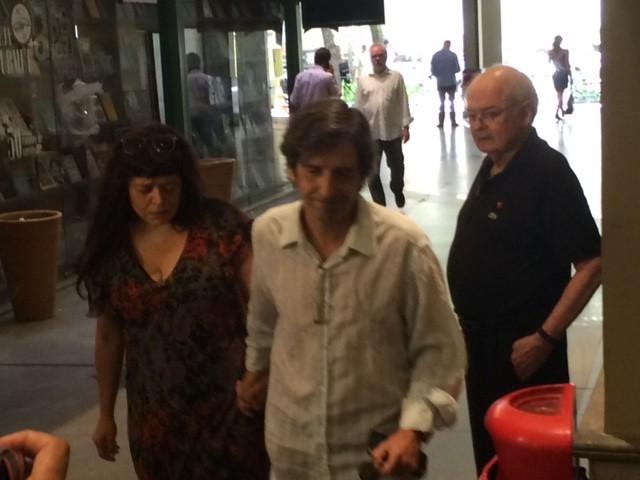 Ricardo, um dos filhos de Marília Pêra, chega ao velório (Foto: Cristina Boeckel/G1)