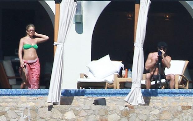 Jennifer Aniston com o namorado, Justin Theroux, em hotel no México (Foto: Grosby Group)