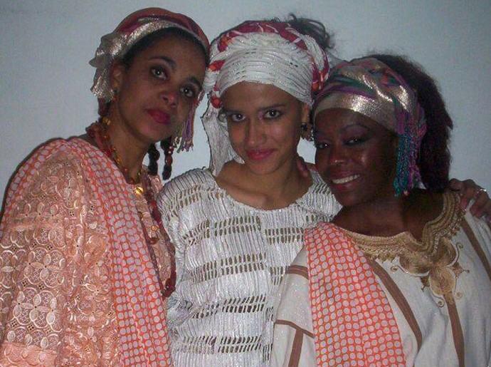 Milena ao lado das atrizes do musical Ópera Pop Negra, quando substituiu a mãe (Foto: Arquivo pessoal)