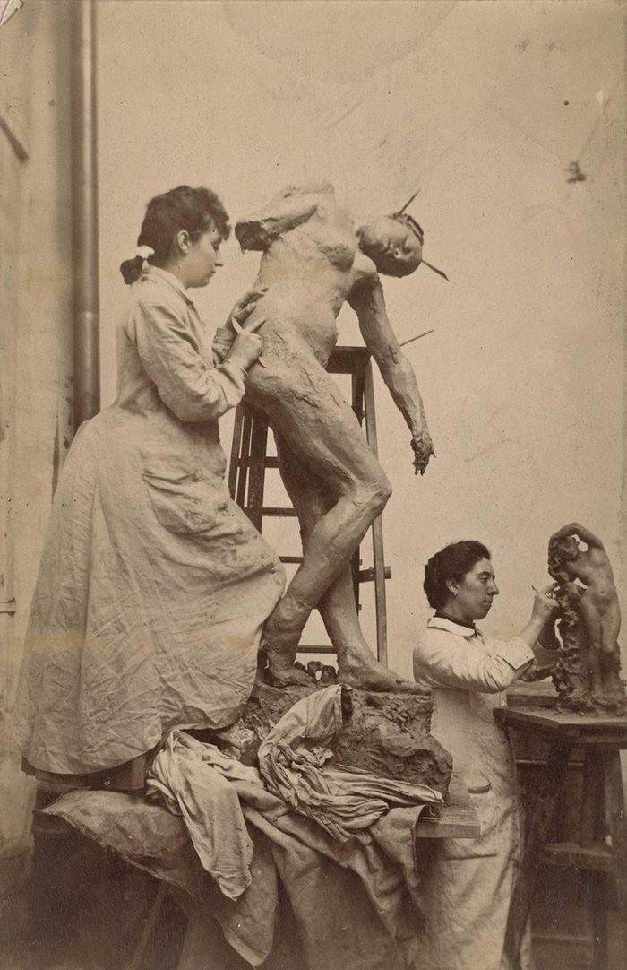 Camille Claudel e Jessie Lipscomb trabalhando num estúdio em Paris, em 1887. (Foto: Reprodução)
