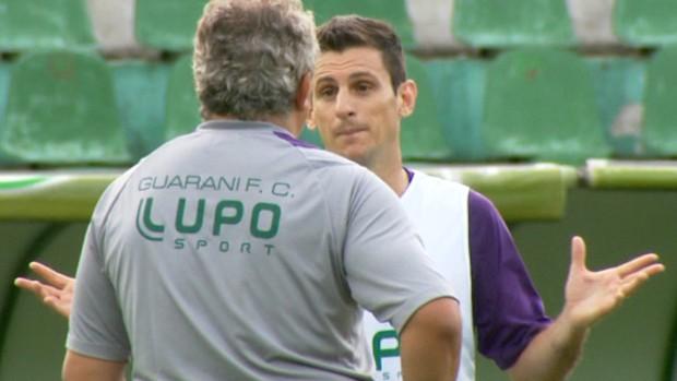 Branco conversa com Fumagalli durante treino do Guarani (Foto: Carlos Velardi / EPTV)