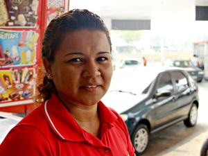Eucimara trabalha 12 horas por dia ao ar livre (Foto: Diego Toledano/ G1 AM)