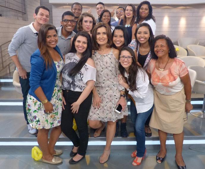 A apresentadora tira foto com a plateia do 'Encontro' (Foto: Viviane Figueiredo Neto/Gshow)