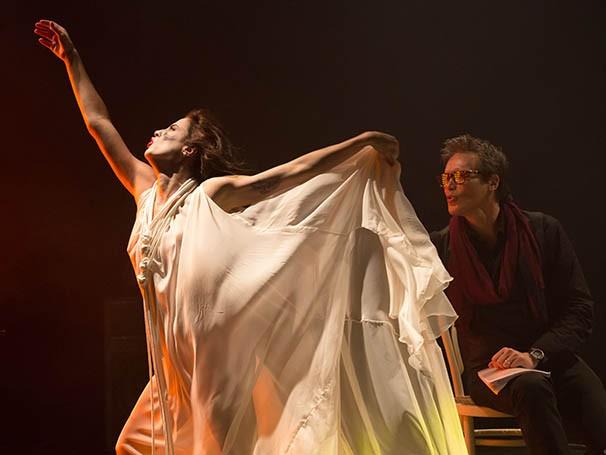 O espetáculo revela os bastidores dos teatros, expondo jogos de poder e ambições (Foto: João Caldas)