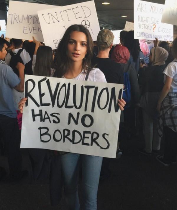 """""""Revolução não tem fronteiras"""", diz o cartaz levado por Emily Ratajkowski ao protesto (Foto: Reprodução / Instagram)"""